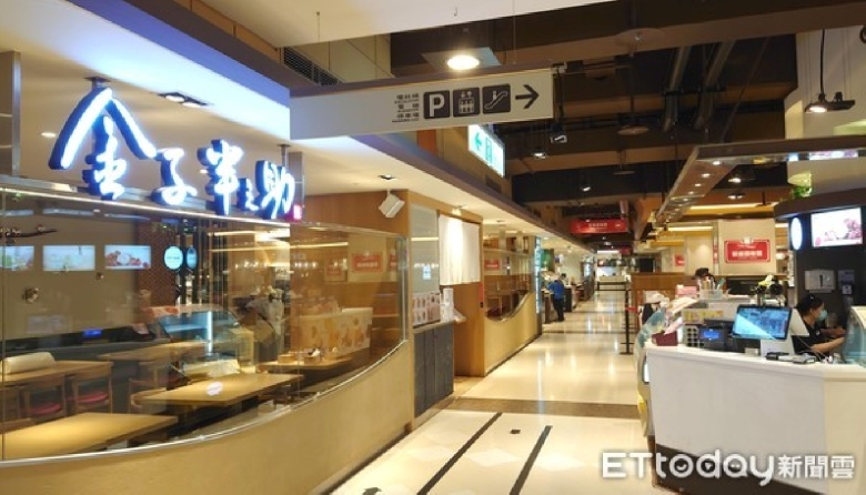 百貨市場微解封「美食街限1/2座位」 餐飲專人夾菜、鼓勵數位支付